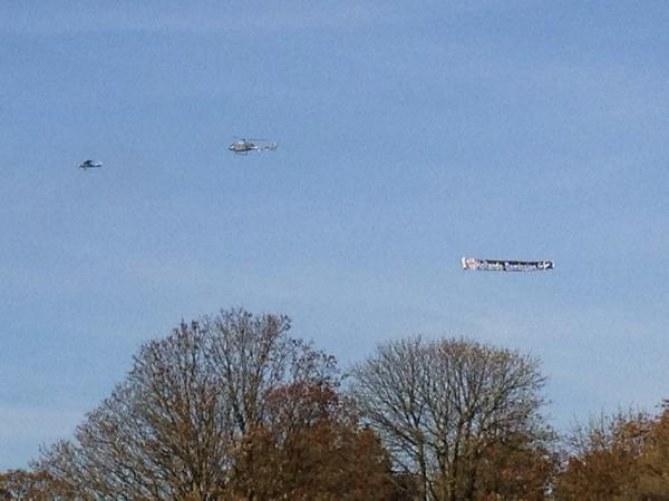 11 novembre : une banderole anti-Hollande déployée dans le ciel