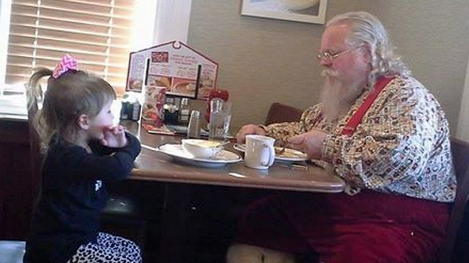 Der Weihnachtsmann is(s)t allein? Das kann dieses kleine Mädchen nicht ertragen!