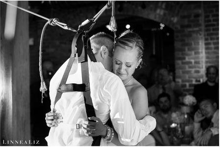 Novio se levanta de su silla de ruedas en su boda