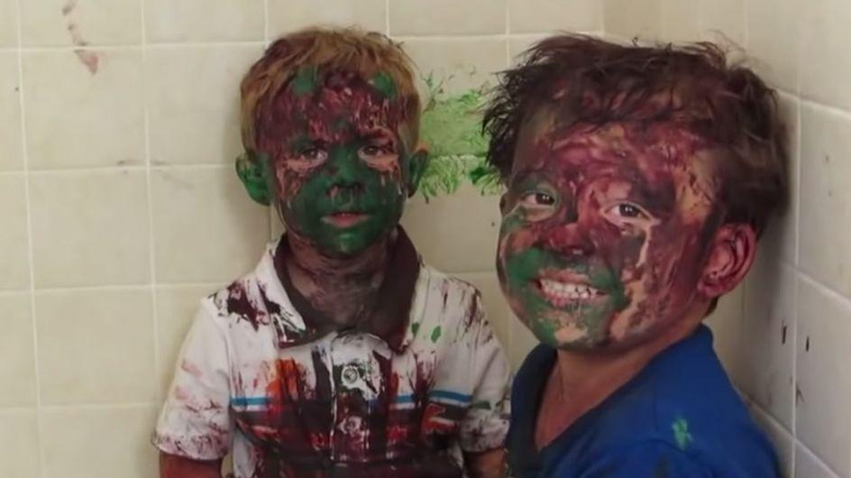 Zwei Jungs, drei Eimer Farbe und kein Erwachsener in Sicht: Das Ergebnis ist zum Totlachen
