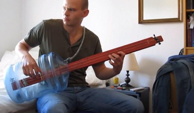 La chitarra fatta con la bottiglia