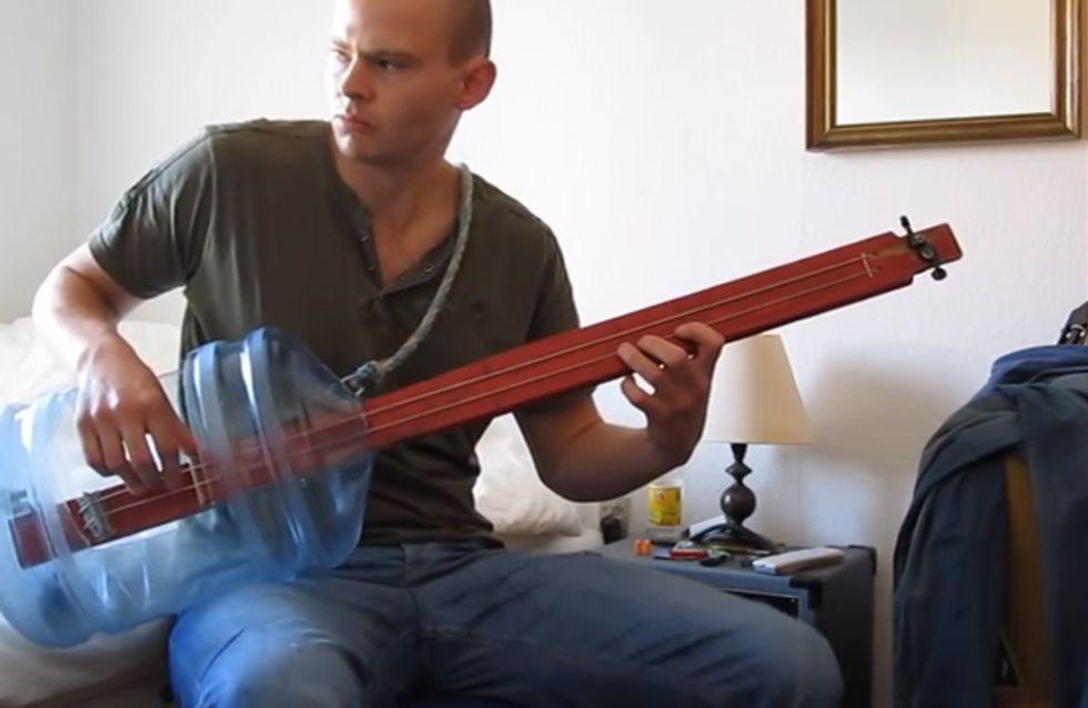 Video/ Questo musicista ha sostituito la sua chitarra con... una bottiglia!