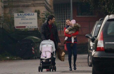 Fabrizio Frizzi insieme alla moglie Carlotta e alla figlia Stella