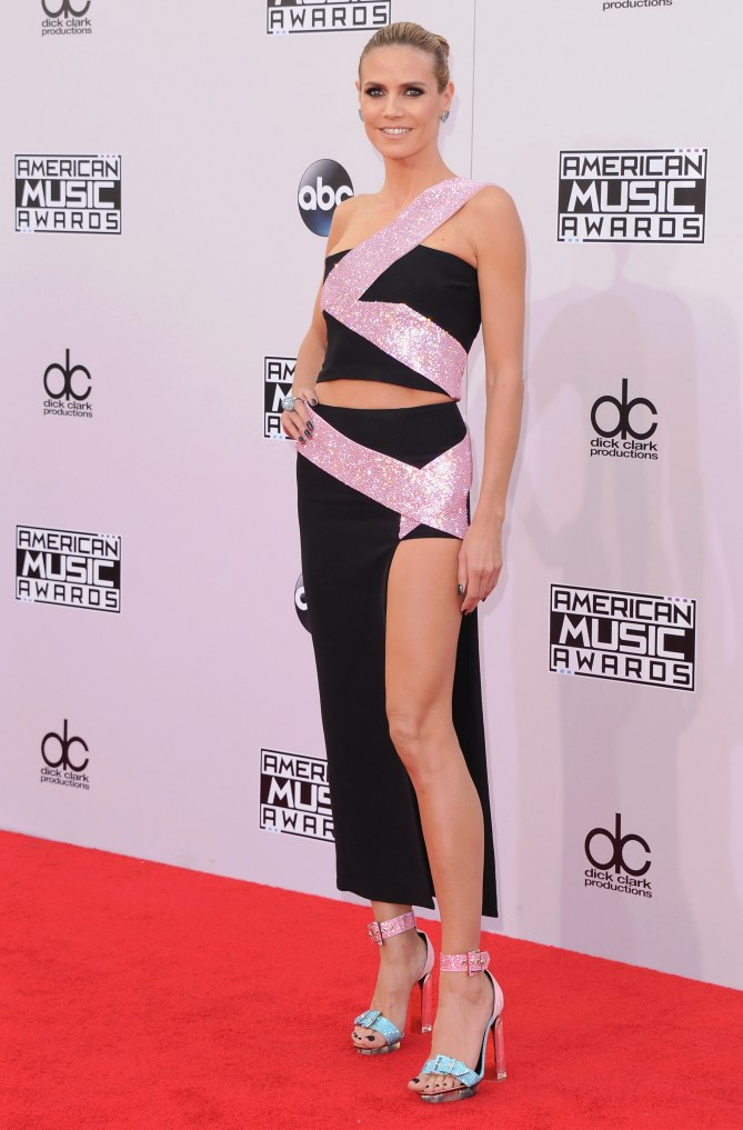 Heidi Klum, en Versace, aux American Music Awards