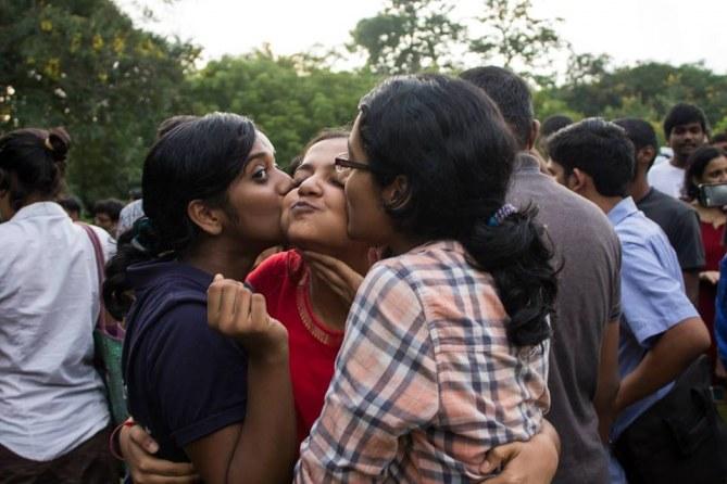 Kiss of Love : Les Indiens revendiquent leur droit de s'aimer