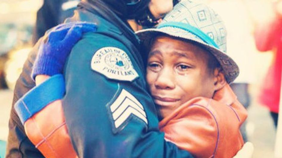 Un câlin entre un policier et un adolescent afro-américain crée l'émoi sur la Toile