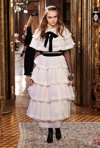 Cara Delevingne au défilé des Métiers d'art Paris-Salzburg 2014/15 de Chanel