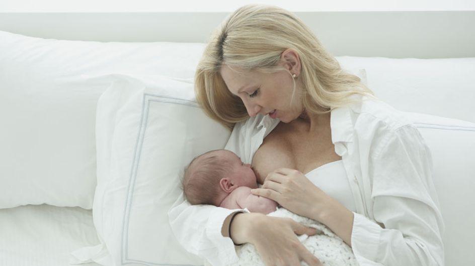 Una madre es obligada a taparse con una servilleta mientras da de mamar a su bebé