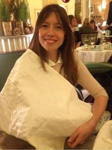 Lou Burns cache son enfant avec une serviette
