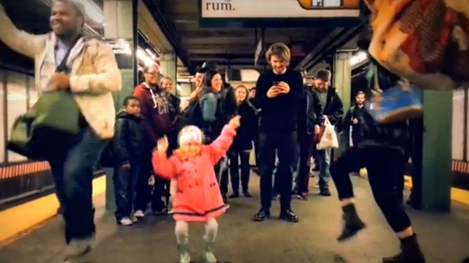 Das macht gute Laune! Dieses Mädchen tanzt ALLEN ein Lächeln ins Gesicht