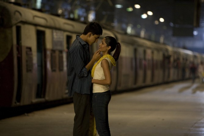 Freida Pinto et Dev Patel dans Slumdog Millionaire