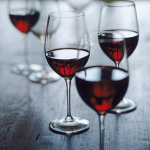 Des verres de vin.