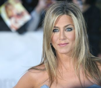 Jennifer Aniston pose topless pour Allure (Photos)