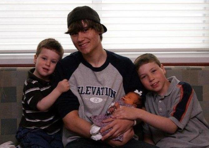 Kayli mit ihren Brüdern