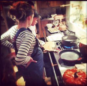 Blake Lively en cuisine avec un chef