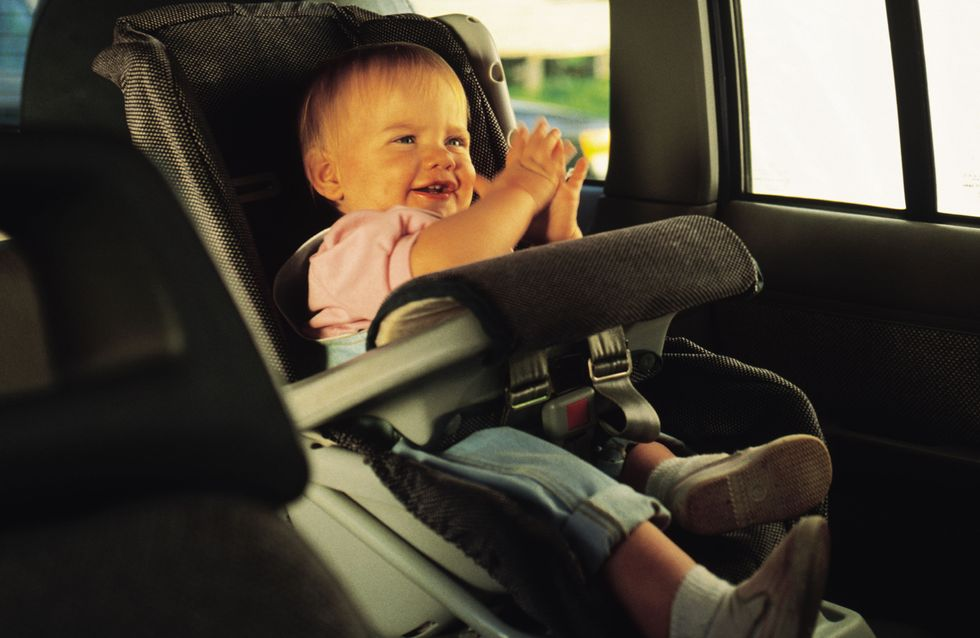 L'idée géniale de jeunes parents pour le premier voyage en avion de leur bébé