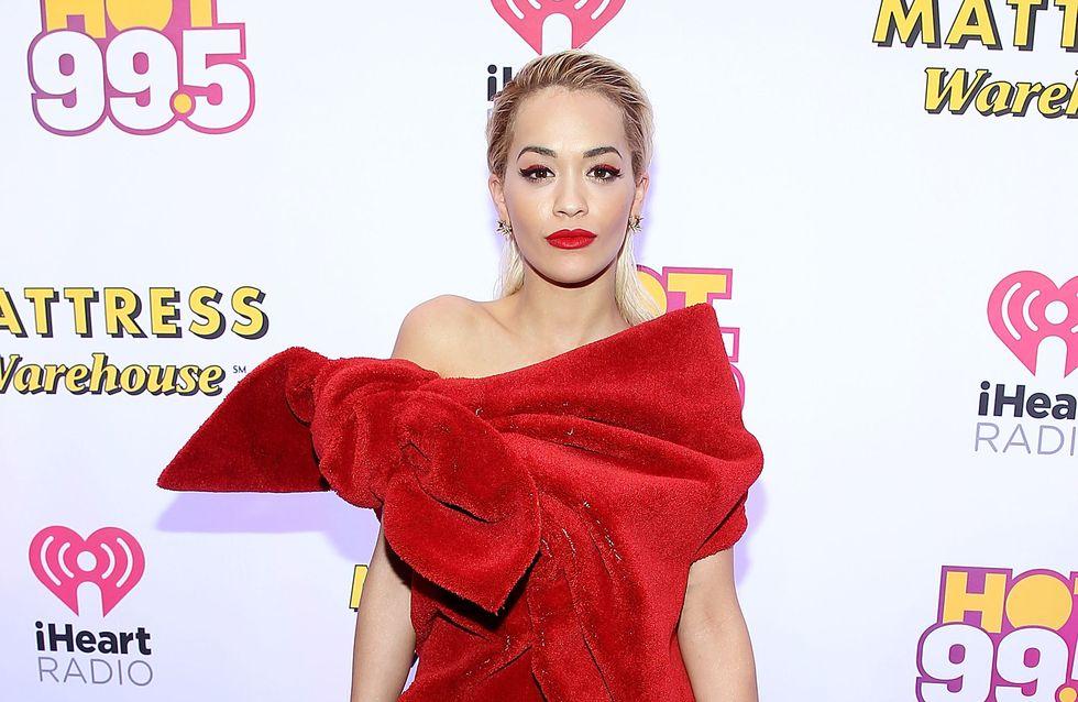 Rita Ora se pointe en serviette sur le red carpet