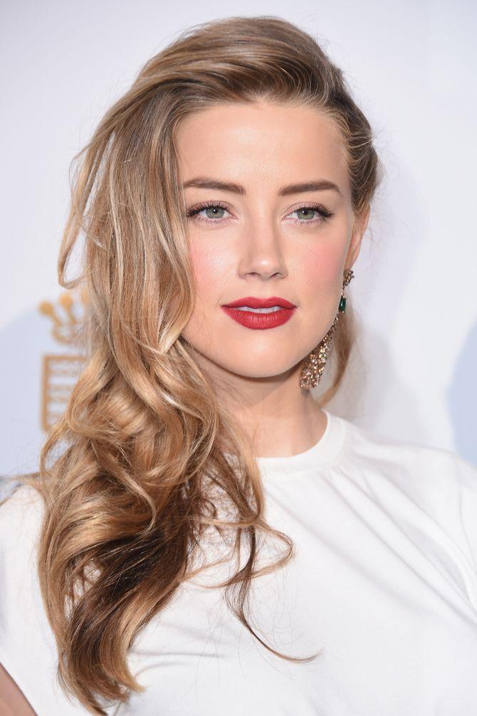 Amber Heard trägt den Sidecut glamourös mit Locken