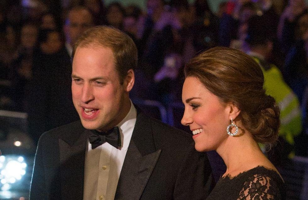 Le prince William balance sur les cheveux de Kate Middleton