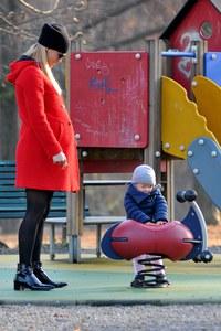 Michelle Hunziker al parco giochi con la piccola Sole