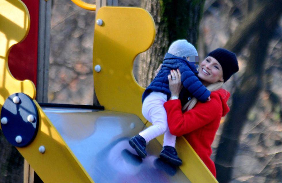 Michelle in versione dolce mamma. Le foto della Hunziker al parco con la piccola Sole