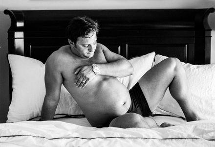 Un futur papa pose pour immortaliser la grossesse de sa compagne