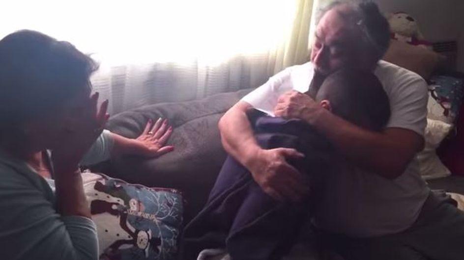 Pour Noël, ce jeune homme a offert un cadeau incroyable à ses parents (Vidéo)