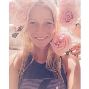 Gwyneth Paltrow entourée de roses.