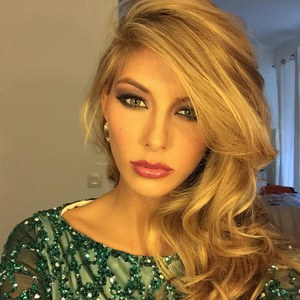 Camille Cerf teste son make-up pour Miss Univers