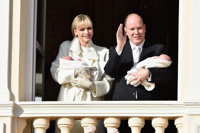 Alberto e Charlène di Monaco insieme ai due gemellini