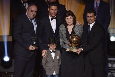 Cristiano Ronaldo en famille pour recevoir son nouveau trophée de Ballon d'Or 2014