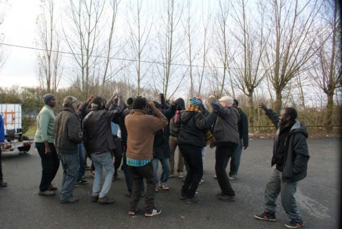 Des migrants dansent au son de leur musique