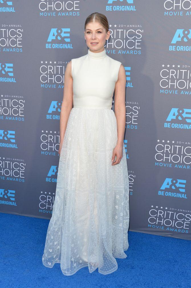 Rosamund Pike, en Valentino, aux Critics' Choice Awards 2015