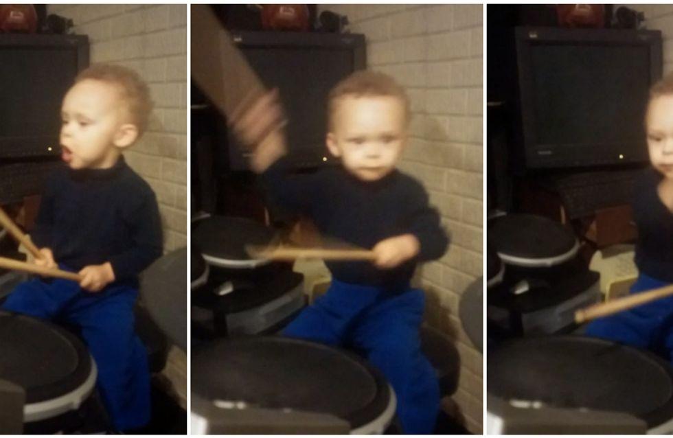 Video/ Quando il rock è nelle vene: guarda come suona la batteria questo bimbo di due anni!