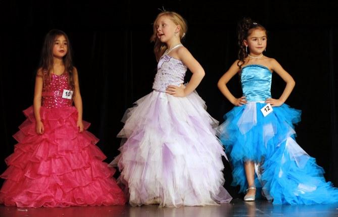 Un concours de mini Miss en France.