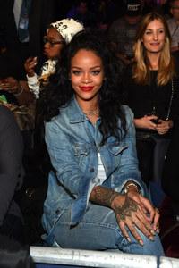 Rihanna a un match de basket.