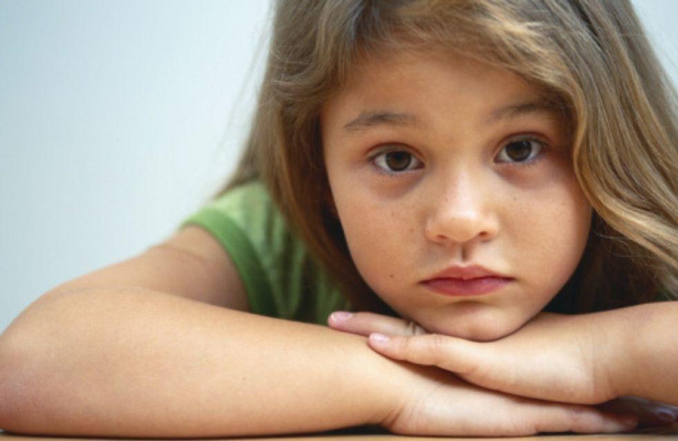 Ella, 6 ans, en colère contre les retards de train de son papa