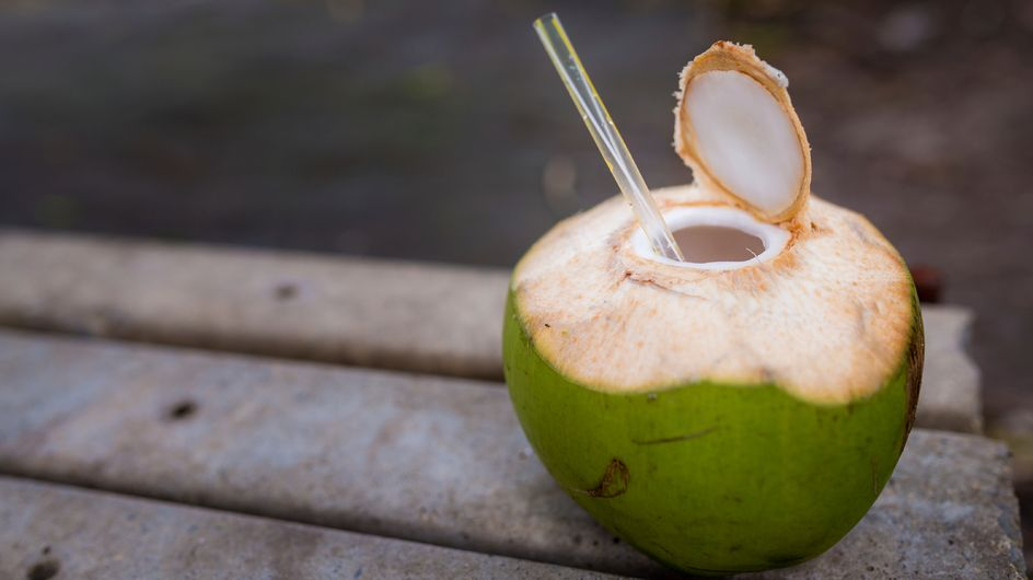 Acqua di cocco: 10 motivi per berla più spesso