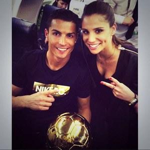 Cristiano Ronaldo et Lucia Villalon avec le ballon d'or.