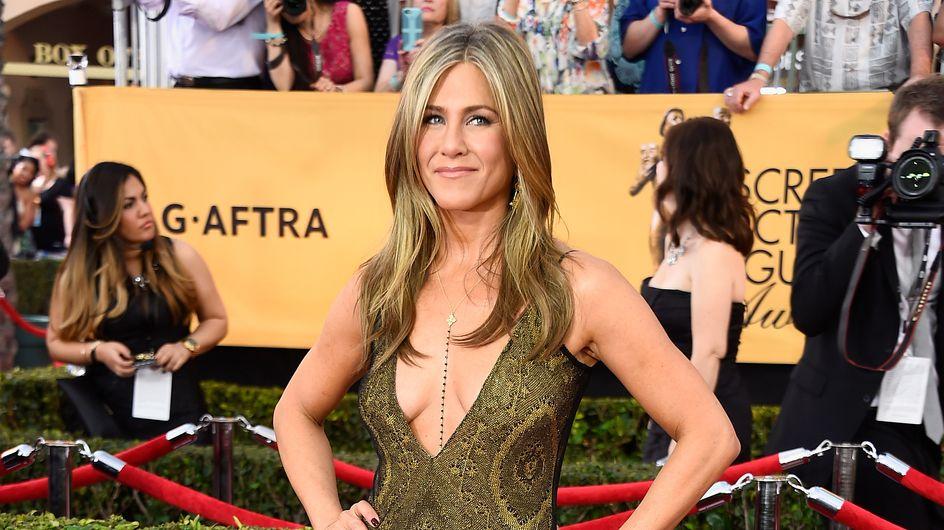 Jennifer Aniston nous offre encore un décolleté ultra plongeant (Photos)