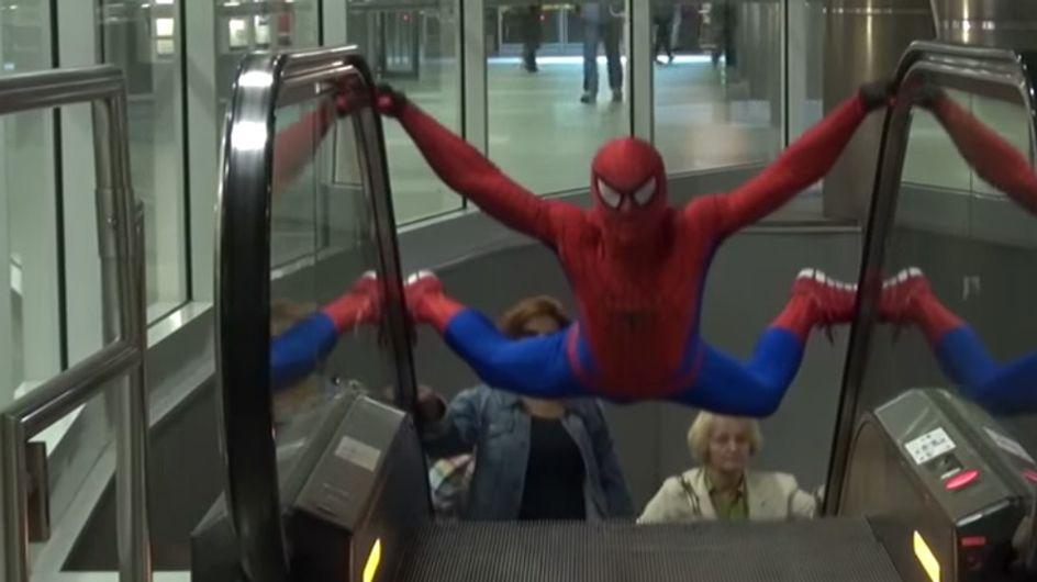 Spiderman lebt! Der Held in Strumpfhosen wohnt in Warschau, wie dieses Video beweist!