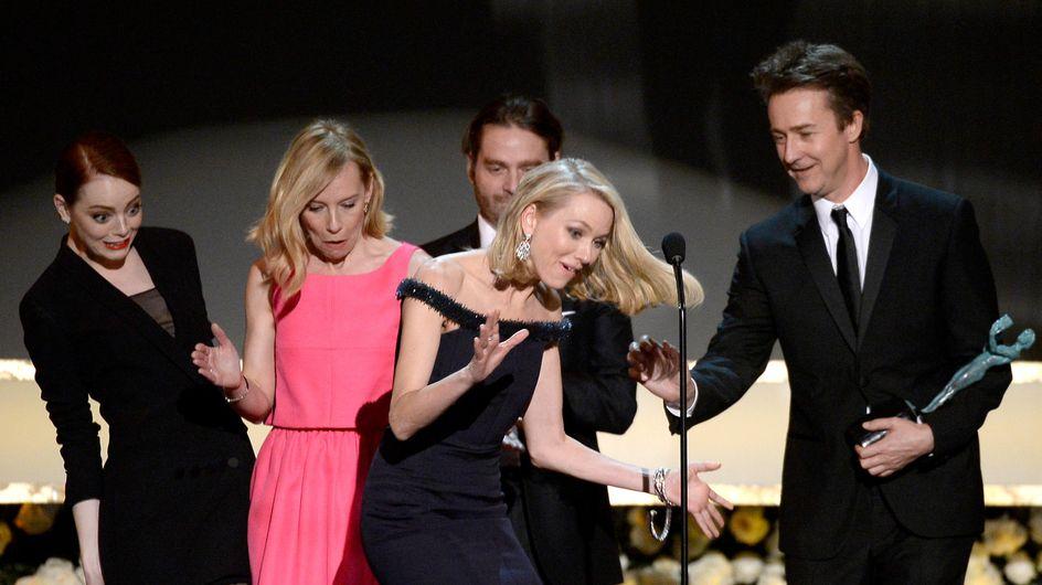 Naomi Watts se prend les pieds dans la robe d'Emma Stone sur la scène des SAG Awards (Vidéo)