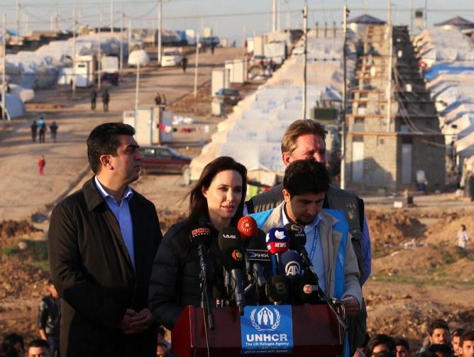 Angelina Jolie en Irak dans un camp de réfugiés.