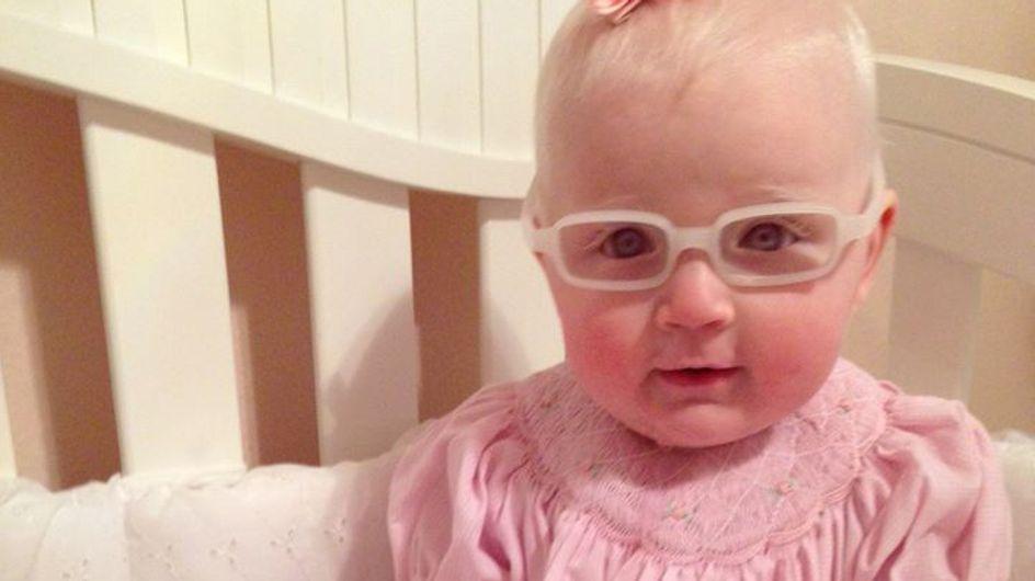 Un bébé atteint d'albinisme voit sa maman pour la première fois (Vidéo)