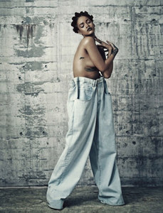 Rihanna topless pour i-D Magazine