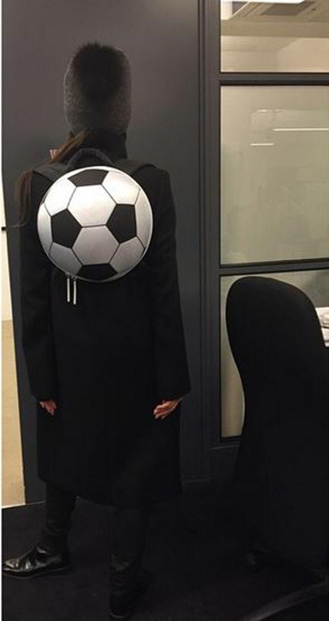 Victoria Beckham et son sac ballon de foot