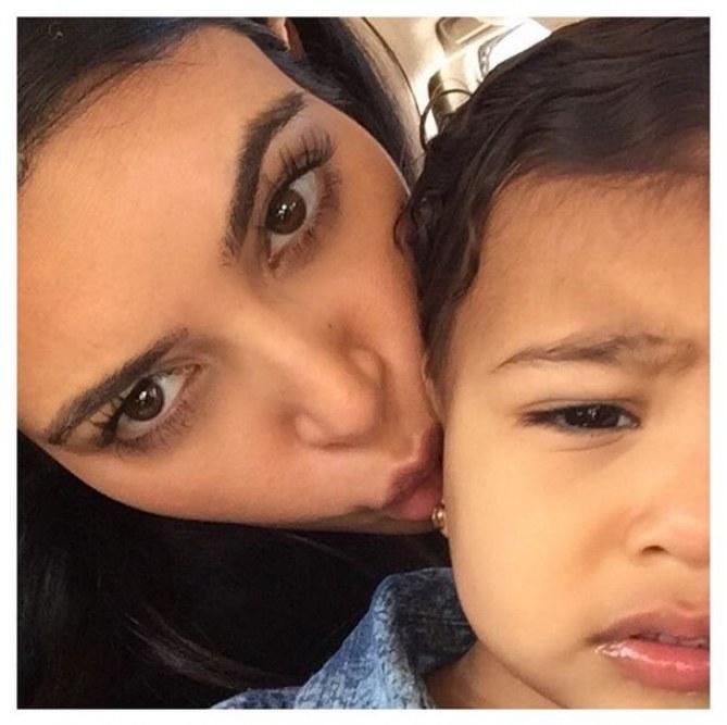 North West agacée par les selfies de sa mère.