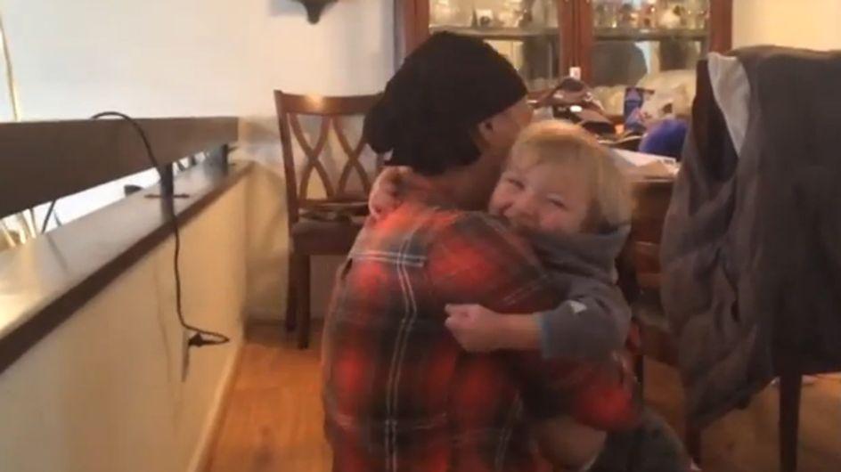 Unglaublich berührend: Diese Mutter schließt ihren kleinen Sohn das erste Mal nach der Chemo in die Arme