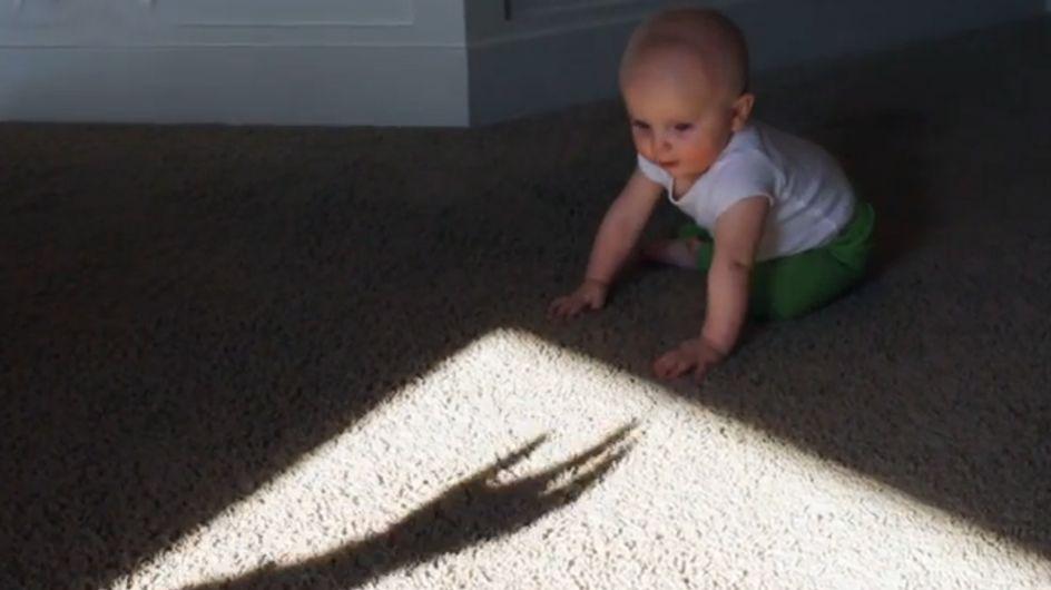 So niedlich! Wie dieses Baby mit der Schattenhand spielt, hat uns den Tag versüßt!