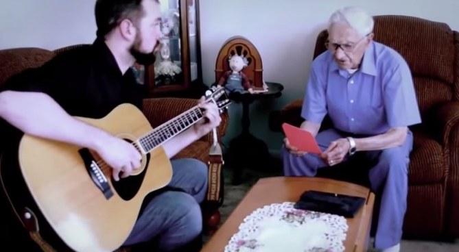 A 96 ans, il rend hommage à sa défunte femme avec le plus beau des cadeaux (Vidéo)
